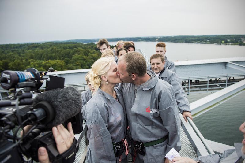 Det første brudepar der blev viet på toppen af broen.